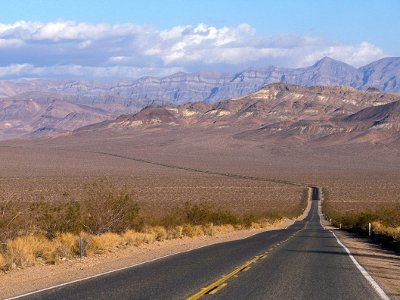 La celebre Lonely Road, la strada statale che taglia la Death Valley